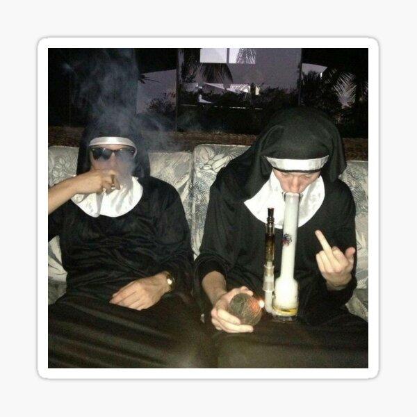 Monjas fumadoras Pegatina