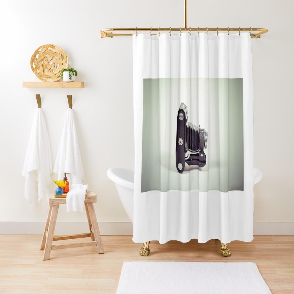 Fotografie - alte analoge Kamera von der Seite Duschvorhang