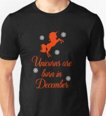 Coole Einhörner sind im Dezember geboren Slim Fit T-Shirt