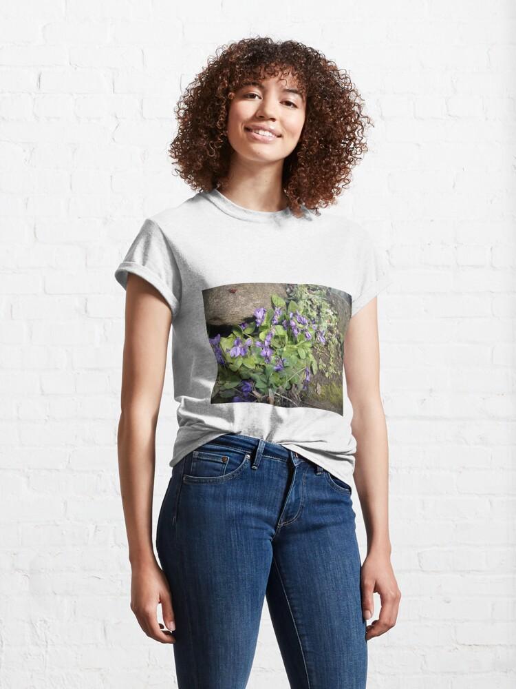 Alternative Ansicht von Veilchen am Stein Classic T-Shirt