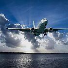 Verkehrsflugzeuge im Flug mit kreppartigen Strahlen und Cumulonimbus-Wolke im blauen Himmel. von sunnypicsoz