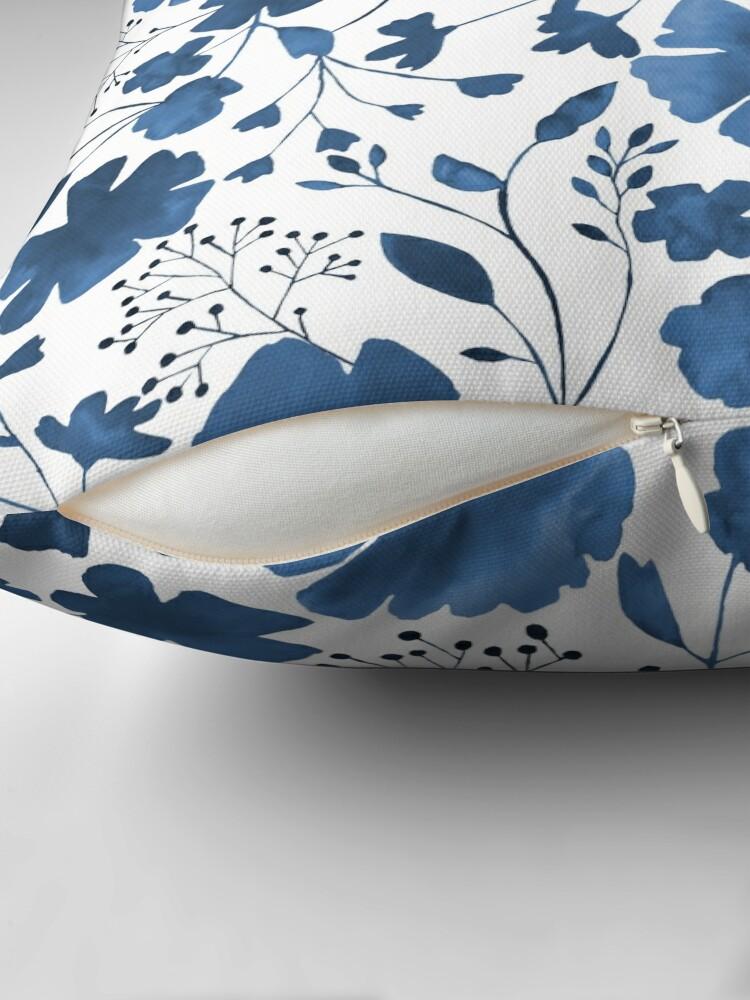 Vista alternativa de Cojín Acuarela floral azul en todo el patrón