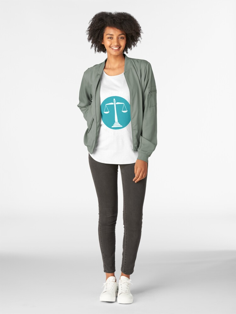 Alternative Ansicht von A Womans Place Is In The Courtroom Shirt Female Lawyer Gift Premium Rundhals-Shirt