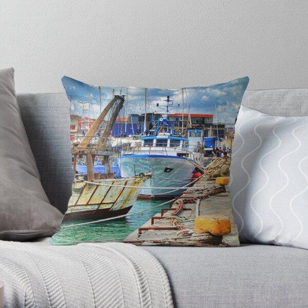 Barche ormeggiate al porto Throw Pillow