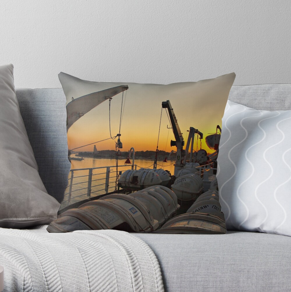 Tramonto dalla nave Throw Pillow