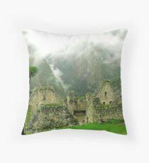 Machu Picchu Místico Throw Pillow