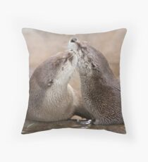 Otter kisses Throw Pillow