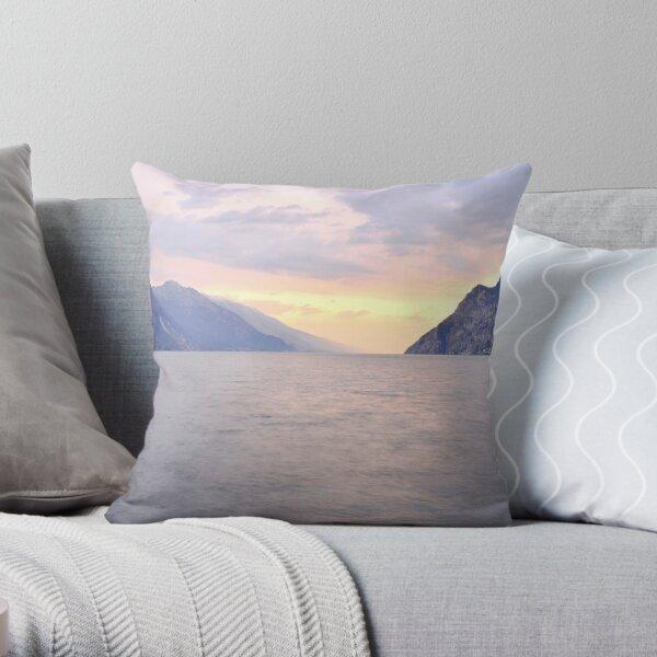I colori pastello sera sul lago Throw Pillow