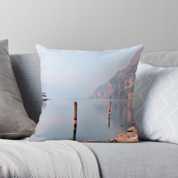 Mattina sul lago Throw Pillow