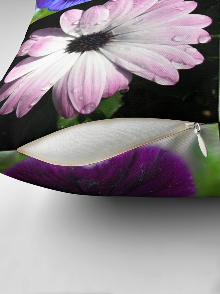 Alternative Ansicht von Cute Pansies and Daisies Collage Dekokissen