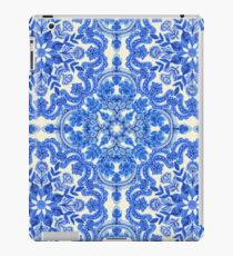 Vinilo o funda para iPad Cobalt Blue & China White Folk Art Pattern