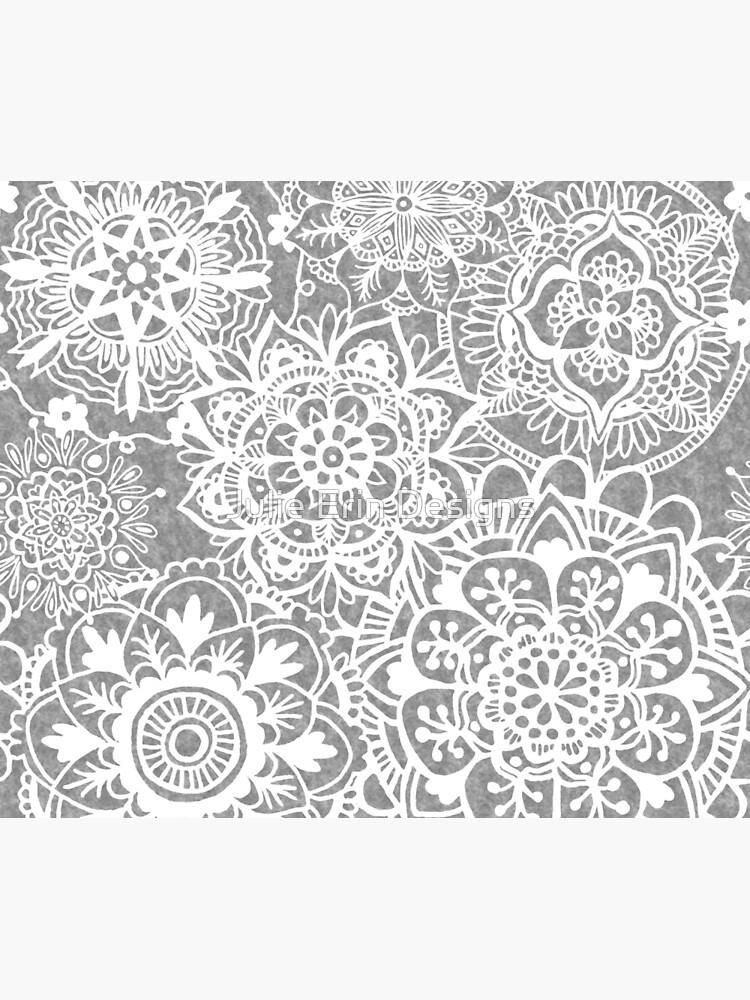 Weiches graues Mandala-Muster von julieerindesign