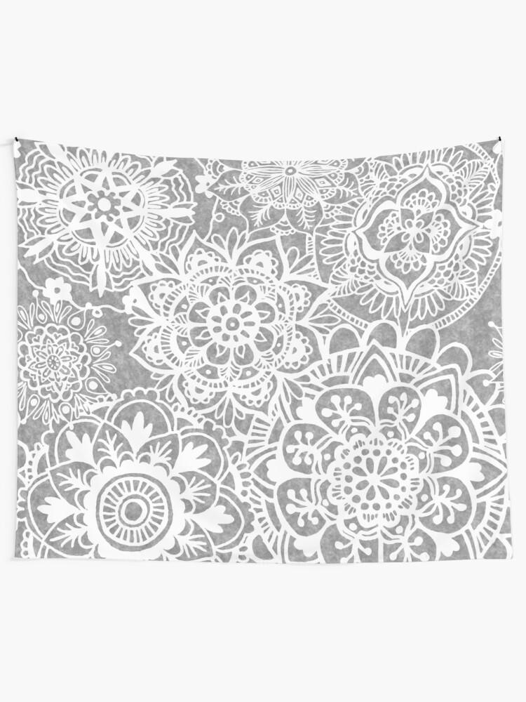 Alternative Ansicht von Weiches graues Mandala-Muster Wandbehang