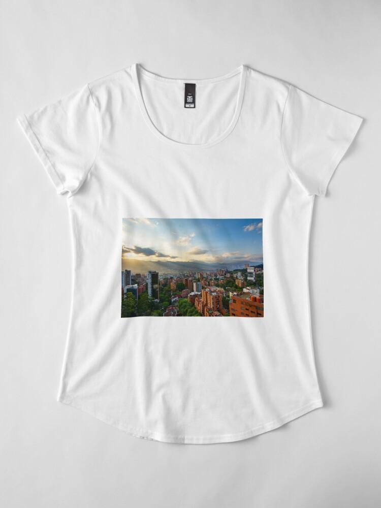Alternative Ansicht von Medellin an einem sonnigen Nachmittag Premium Rundhals-Shirt