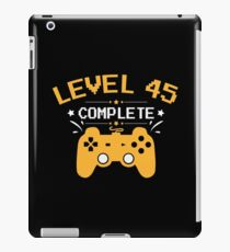 Gamer Shirt Level 45 Complete Gaming Birthday Gift Tee iPad-Hülle & Klebefolie