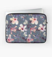 Schmetterlinge und Hibiskus-Blumen - ein gemaltes Muster Laptoptasche