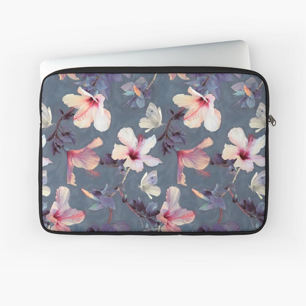 Mariposas y flores de hibisco - un patrón pintado Funda para portátil