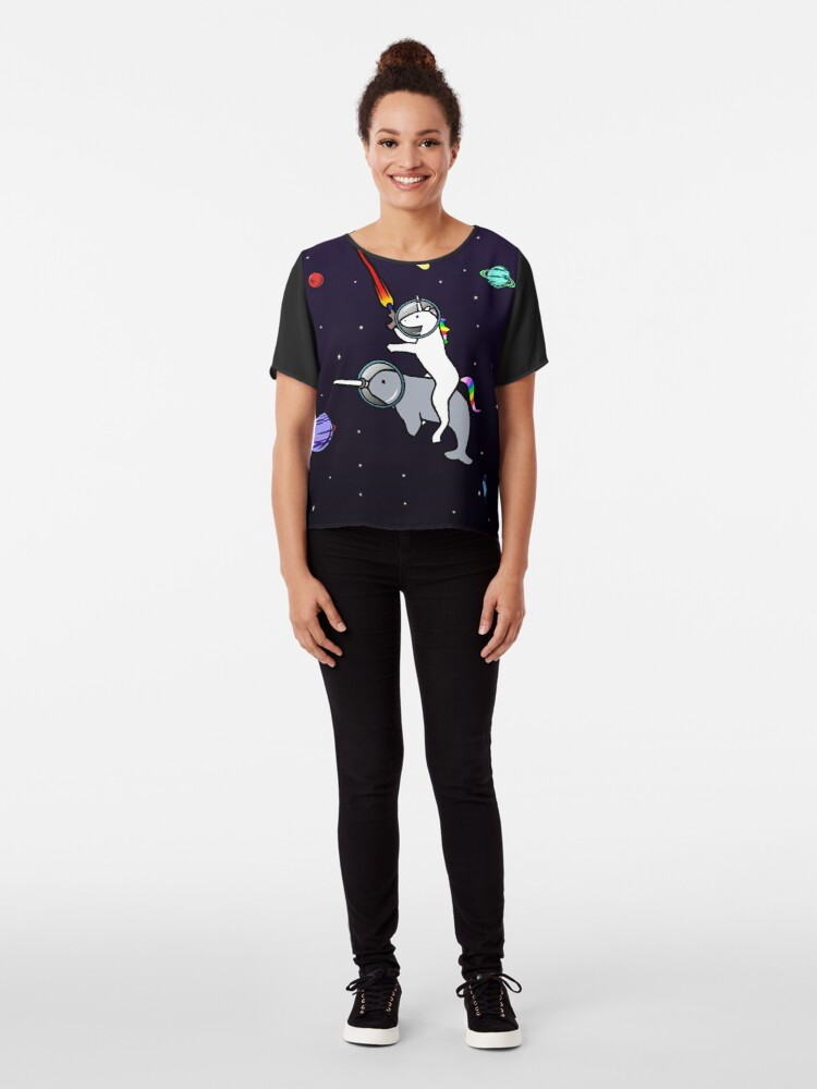 Vista alternativa de Blusa Unicorn Riding Narwhal en el espacio