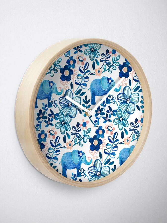 Alternative Ansicht von Rosa, weißer und blauer Elefant und Blumenaquarell-Muster erröten Uhr