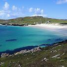 Weißer Sand und türkisfarbenes Wasser - Insel Harris von Kathryn Jones