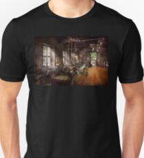 Machinist - Lathe - A long lathe Unisex T-Shirt