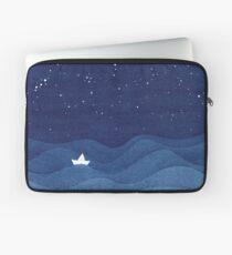 blaue Ozeanwellen, Segelbootozean spielt die Hauptrolle Laptoptasche