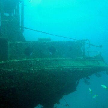 A shipwreck off Aruba by nkentb