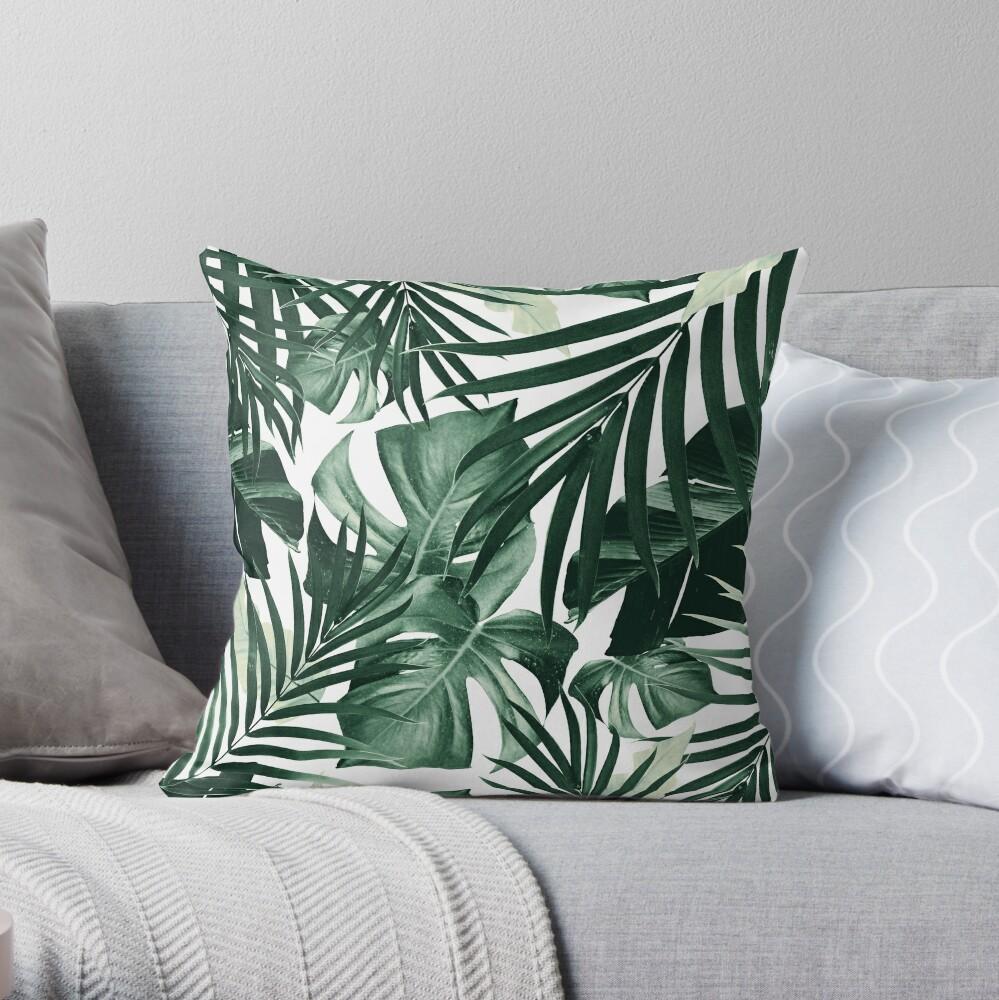 Monstera & Bananenblätter) auf weißem Hintergrund #tropical #decor #art Dekokissen