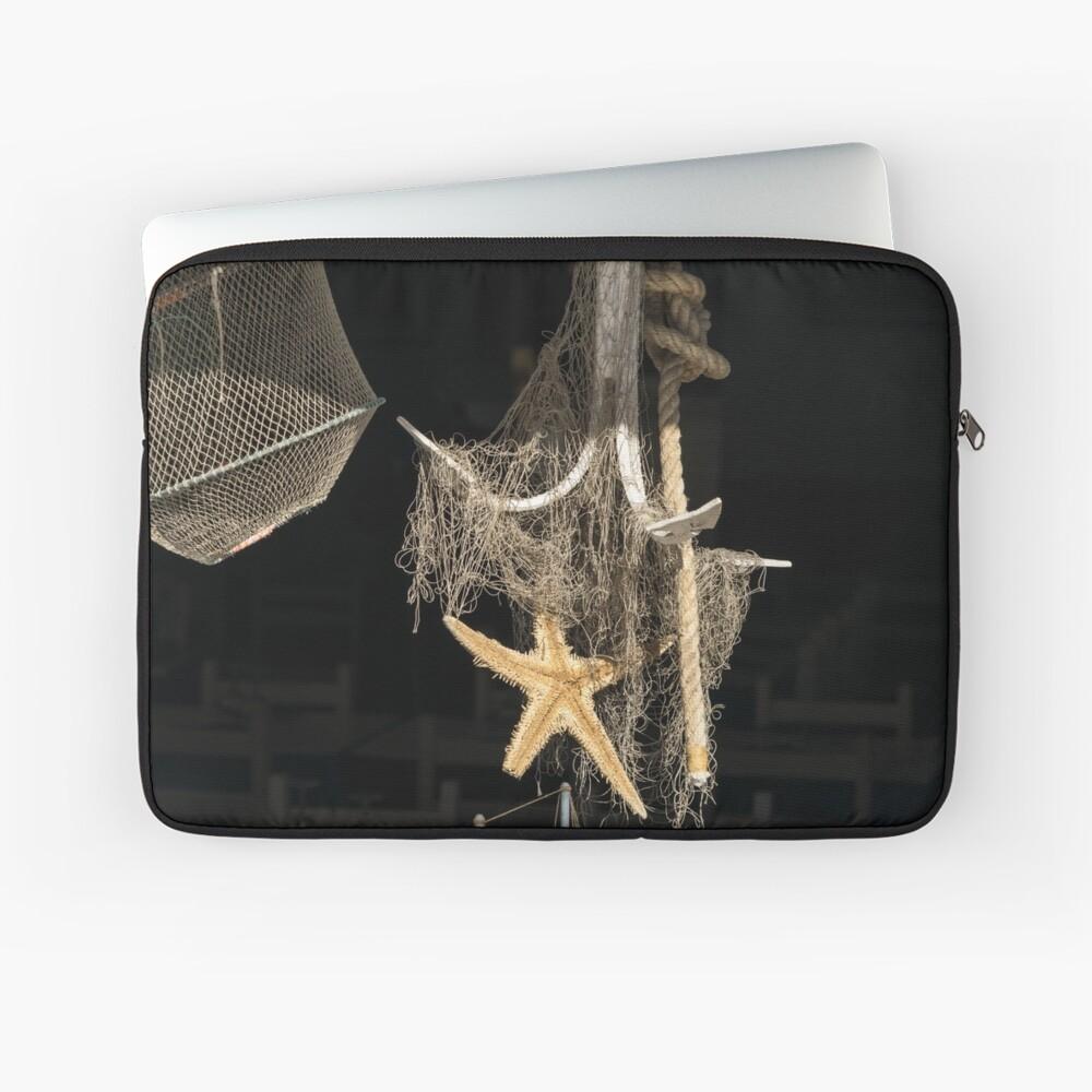 Sonnenbeschiene Seeanzeige in einem Meeresfrüchte-Restaurant-Fenster Laptoptasche