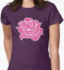 Kiss Kiss Fall in Love Tailliertes T-Shirt für Frauen