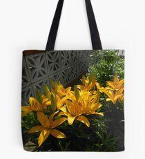 Anstreben Gold - Sunkissed gelbe Lilien Tote Bag