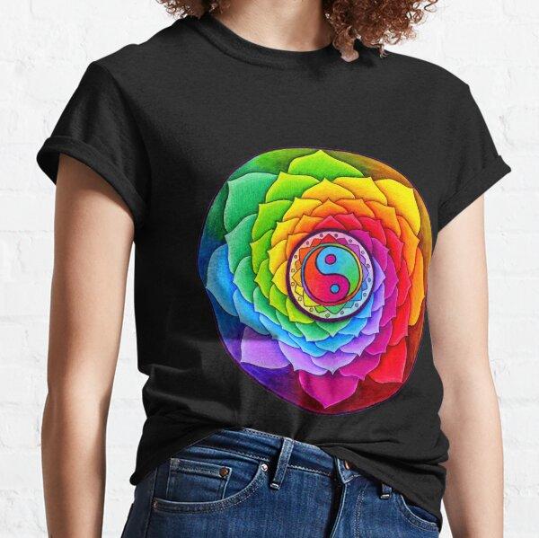 das Herz heilen und die Seele verjüngen. Ein farbenfrohes Yin Yang in warmen und kühlen Farben steht im Mittelpunkt dieses psychedelischen Mandalas. Lotusblütenblätter in einem Regenbogen der Farben Classic T-Shirt