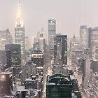 Schnee - Chrysler-Gebäude - New York City - Dämmerung von Vivienne Gucwa