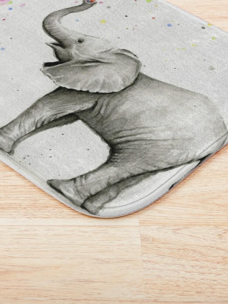 Alternative Ansicht von Baby-Elefant-Sprühregenbogen Badematte