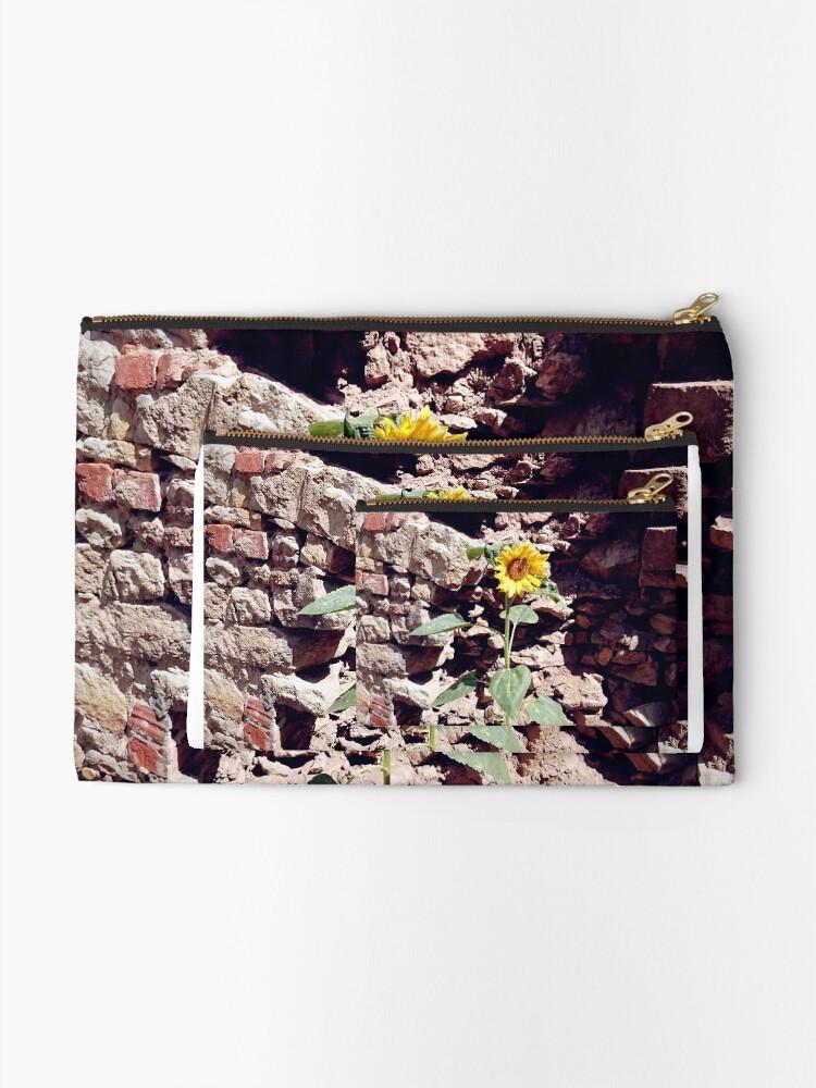 Alternative Ansicht von Sonnenblume vor Burg-Mauer Täschchen