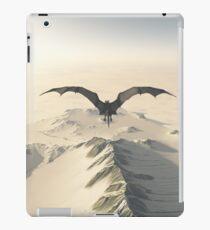 Grauer Drache-Flug über Snowy-Bergen iPad-Hülle & Klebefolie