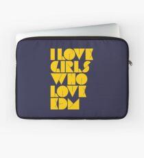 I Love Girls Who Love EDM (Electronic Dance Music) [mustard] Laptop Sleeve
