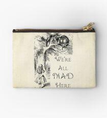 Alice im Wunderland-Zitat - wir sind alle hier verrückt - Cheshire Cat Quote - 0104 Täschchen
