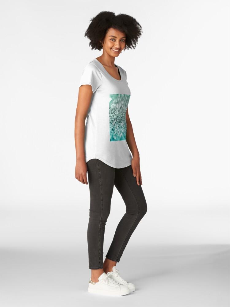 Vista alternativa de Camiseta premium de cuello ancho Aqua Glitter
