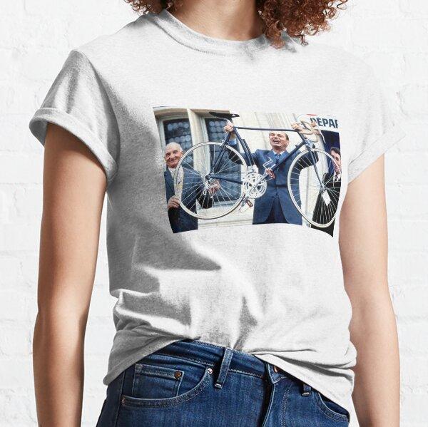 Jacques Chirac présente une bicyclette  T-shirt classique
