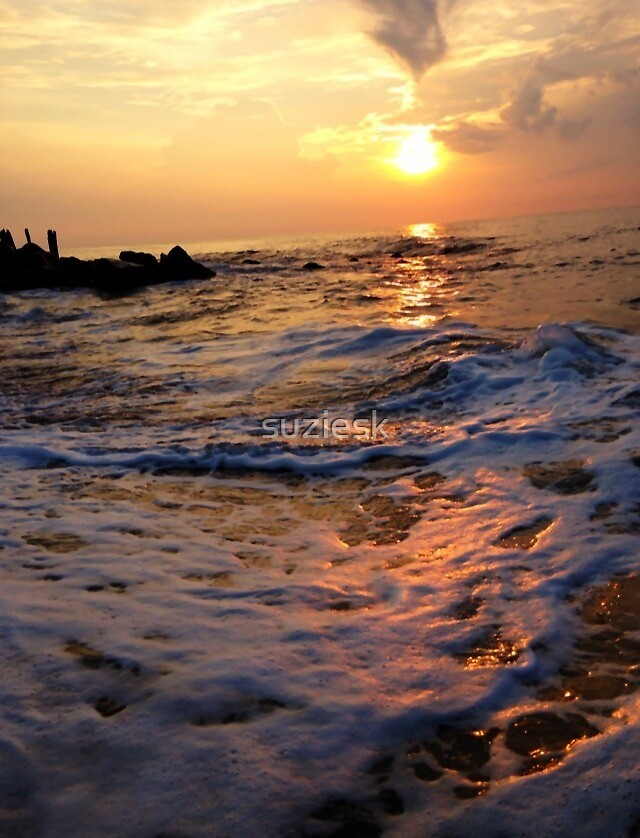 Sunset on the ocean by suziesk