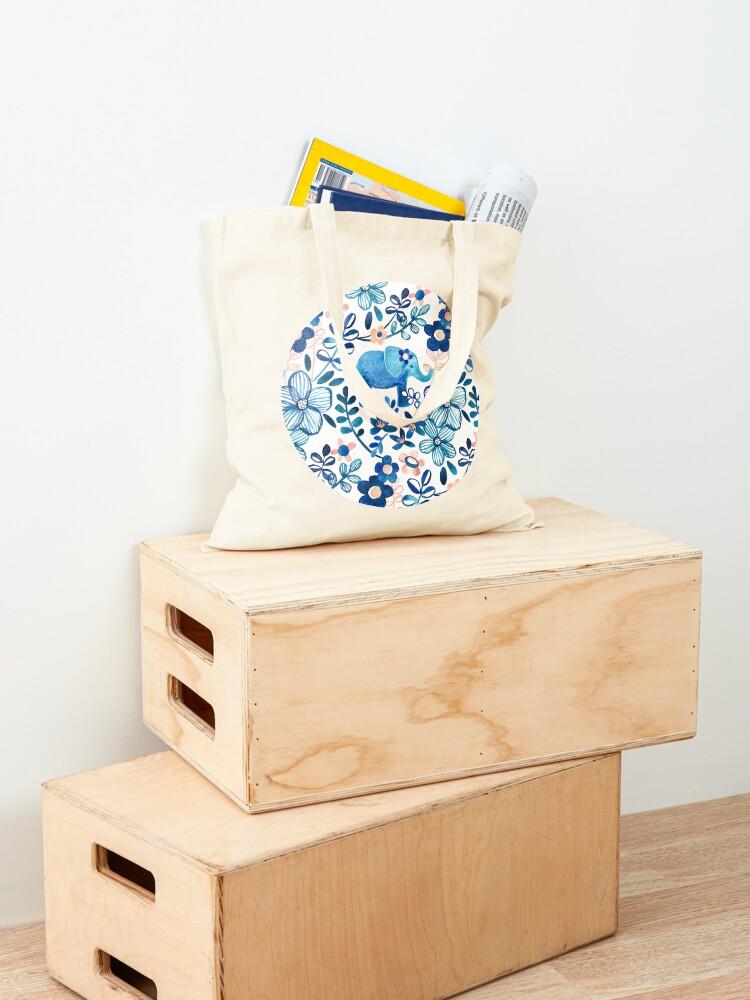 Alternative Ansicht von Rosa, weißer und blauer Elefant und Blumenaquarell-Muster erröten Stofftasche