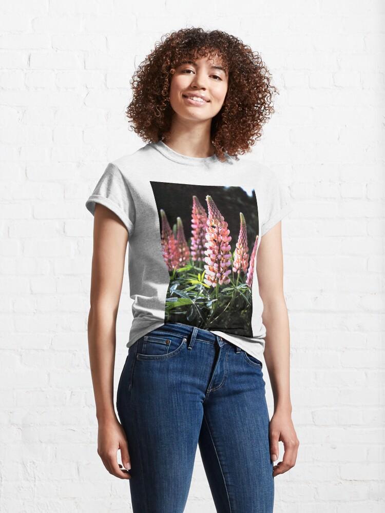 Alternative Ansicht von Lupinen-Blüten Classic T-Shirt