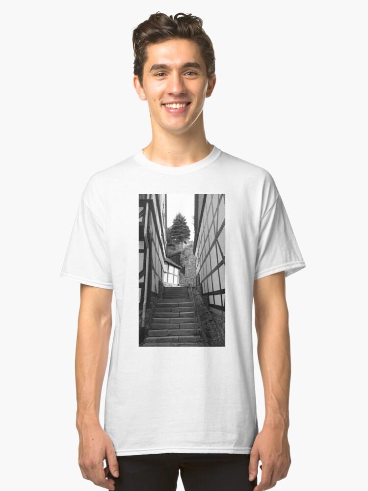 Alternative Ansicht von Gasse in Stolberg / Harz mit Treppe in schwarz-weiß Classic T-Shirt