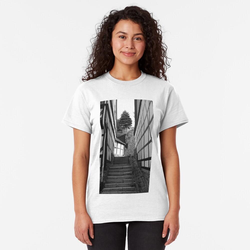 Gasse in Stolberg / Harz mit Treppe in schwarz-weiß Classic T-Shirt
