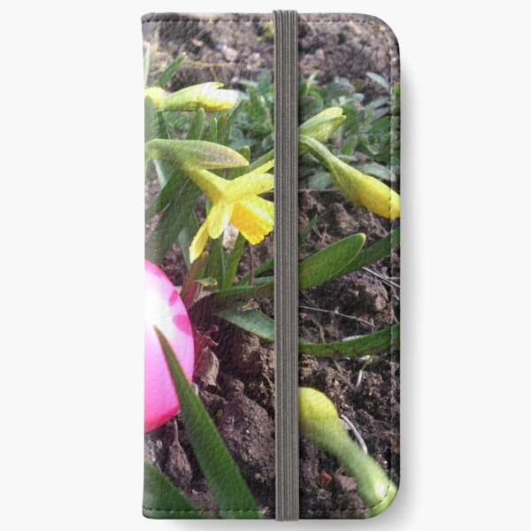 Osterei im Blumenbeet iPhone Flip-Case