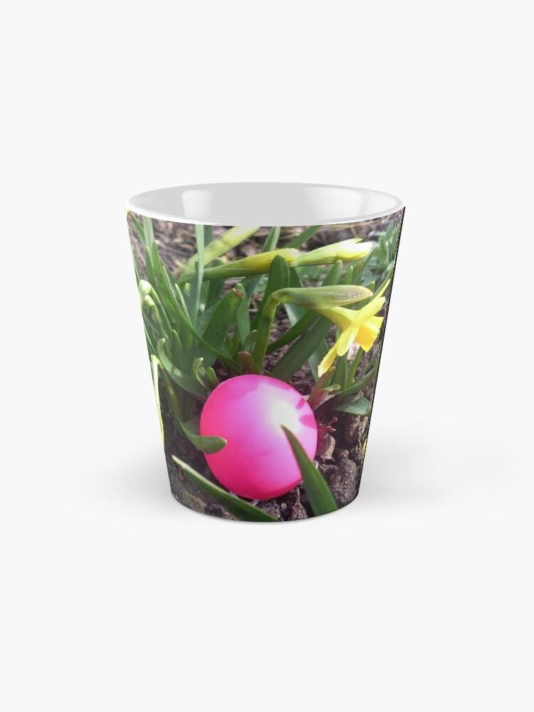 Alternative Ansicht von Osterei im Blumenbeet Tasse
