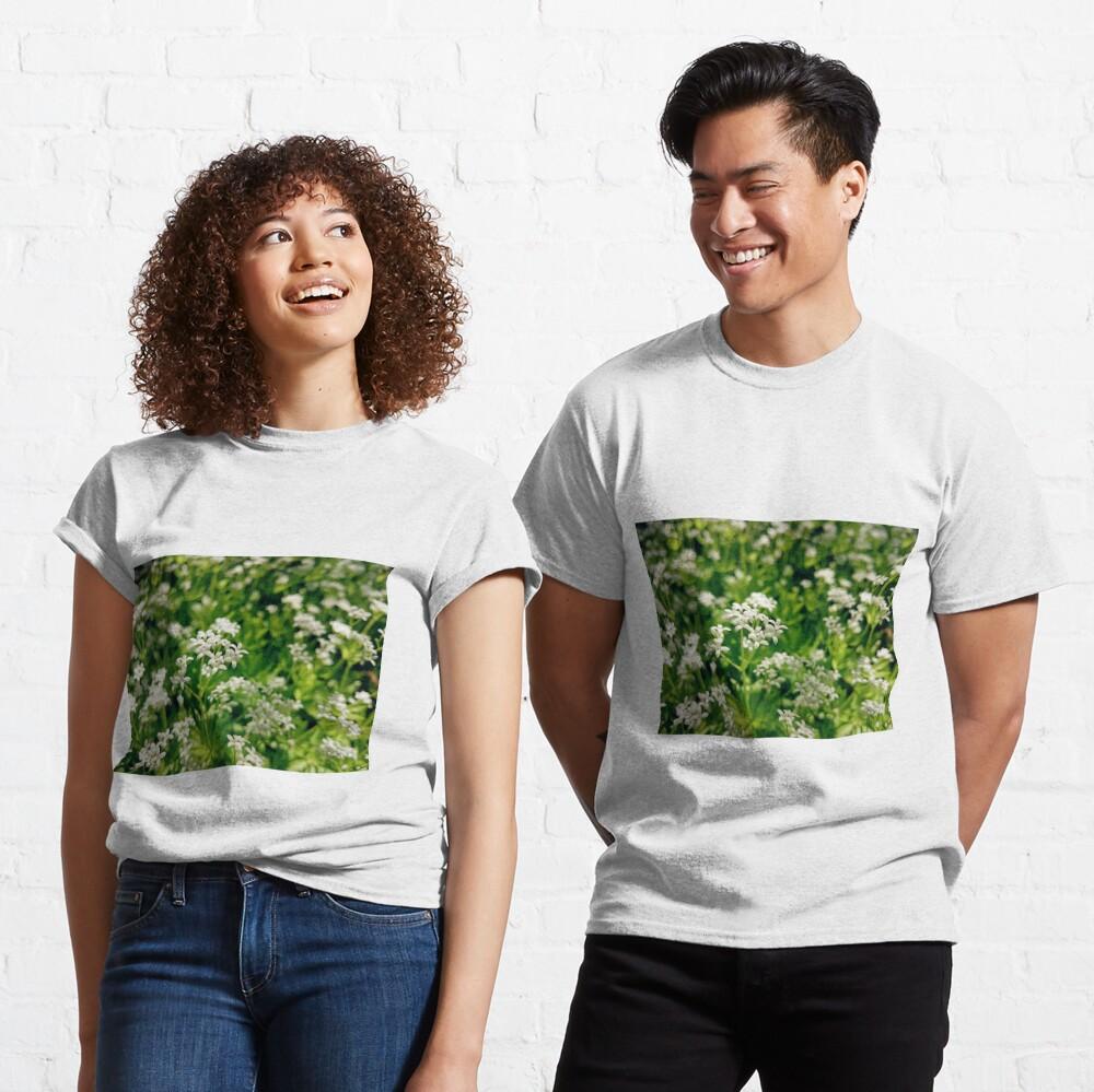 Zarte Waldmeister-Blüte Classic T-Shirt