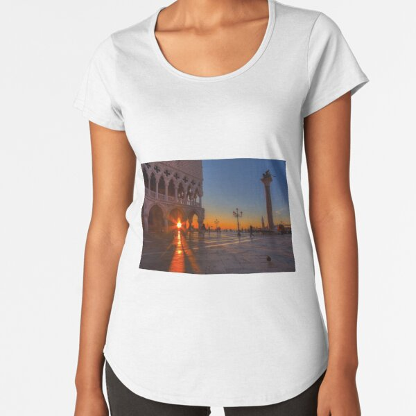 Doge Palace and Piazza San Marco at sunrise in Venice, Italy. Premium Scoop T-Shirt