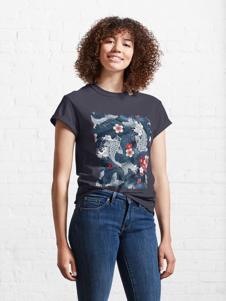 Vista alternativa de Camiseta clásica Flor de Koi Sakura en azul